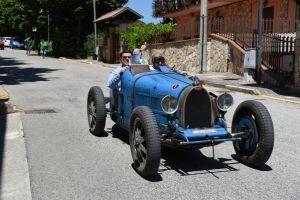 La Monica Sergio alla guida della Bugatti 35 B del 1927 in arrivo a Roccavivi